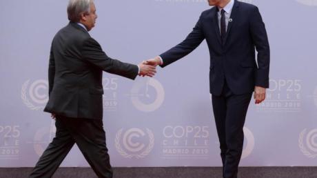 Pedro Sanchez (r), amtierender Ministerpräsident von Spanien, empfängt UN-Generalsekretär Antonio Guterres auf dem 25. UN-Klimakonferenz in Madrid.