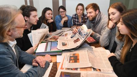 """Die Schüler der Berufsfachschule für pharmazeutisch-technische Assistenten lernen mit """"ZISCH – Zeitung in der Schule"""" die Tageszeitung kennen. Ihr Schulleiter Dieter Kaufmann (links) will sie motivieren, sich für relevante Themen zu interessieren."""