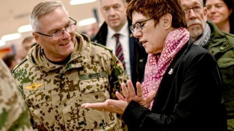 Annegret Kramp-Karrenbauer unterhält sich in Masar-i-Scharif mit Bundeswehr-Brigadegeneral Jürgen Brötz.