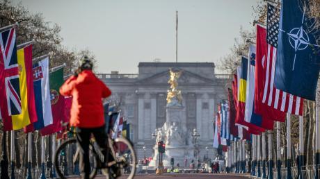 Vor dem Buckingham-Palast wehen die Fahnen der Nato-Mitgliedsstaaten, die sich in London zum Gipfel treffen.
