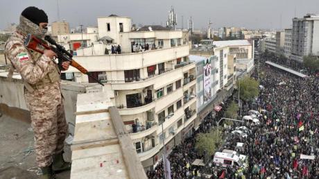 Ein Soldat sichert eine regierungsfreundliche Kundgebung. Die Kundgebung wurde von den Behörden organisiert mit dem Ziel die gewalttätigen Proteste der vergangenen Woche wegen einer Benzinpreiserhöhung zu verurteilen.
