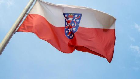 Die Landesfahne von Thüringen vor der Staatskanzlei inErfurt.