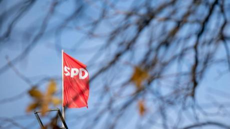 Die Fahne der SPD über der Parteizentrale in Berlin.