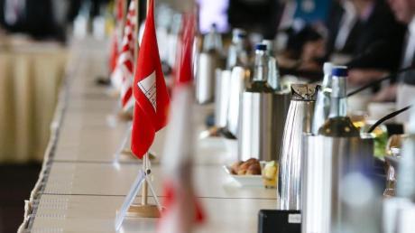 Die Flaggen der Bundesländer auf dem Tisch einer Innenministerkonferenz.