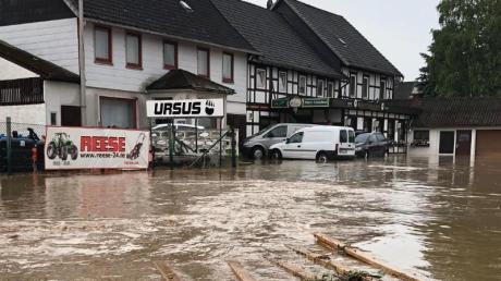 Starkregen hat eine Straße im niedersächsischen Bad Gandersheim überflutet.
