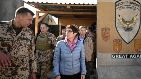 Verteidigungsministerin Kramp-Karrenbauer wird im Camp Pamir in Kundus empfangen.