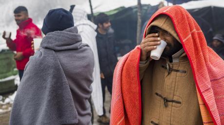 In Bosnien harren Hunderte  Migranten in der Kälte aus.