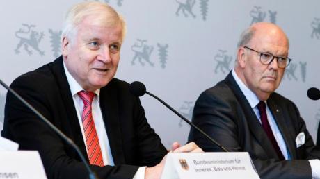 Auf der Innenministerkonferenz im schleswig-holsteinischen Kiel halten Bundesinnenminister Horst Seehofer (CSU, l-r) und Hans-Joachim Grote (CDU), Innenminister von Schleswig-Holstein, eine Pressekonferenz zusammen.