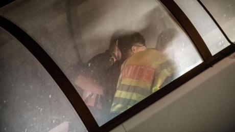Polizeibeamte begleiten einen abgewiesenen Asylbewerber zum Flugzeug.