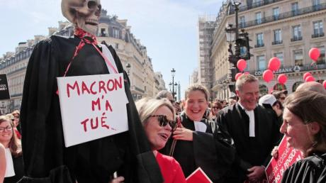 Protest in Paris: Ein Skelett in einer Richterrobe und einem Schild mit der Aufschrift «Macron hat mich getötet».