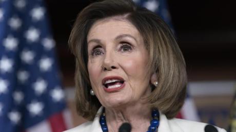 Nancy Pelosi, Demokratin und Vorsitzende des US-Abgeordnetenhauses, spricht im Kapitol vor Journalisten.
