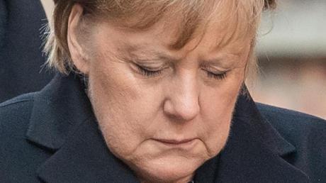 Verneigung vor den Opfern:Bundeskanzlerin Angela sich nach einer Kranzniederlegung an der Todesmauer im ehemaligen deutschen Konzentrationslager Auschwitz.