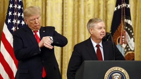 Senator Lindsey Graham (rechts) spielt im Impeachment-Verfahren gegen Donald Trump eine wichtige Rolle. Demonstrativ stellt er sich an die Seite des Präsidenten.