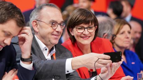 Machen die beiden da etwa ein Selfie oder schauen sie sich noch mal ihre Wahlergebnisse an? Das neue FührungsduoNorbert Walter-Borjans und Saskia Esken