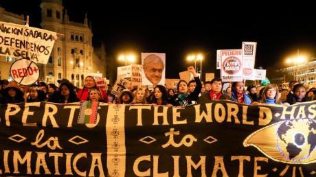 Demonstranten nehmen am Klimamarsch am Rande der Weltklimakonferenz in Madrid.