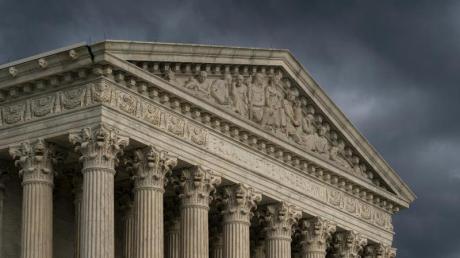 Dunkle Wolken hängen über dem Gebäude des Obersten Gerichtshof der Vereinigten Staaten.