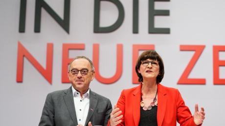«In die neue Zeit»: Die neue Parteispitze der SPD auf demParteitag in Berlin.