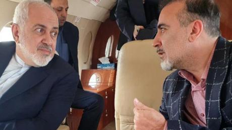 Auf diesem Foto, das auf Twitteraccount des iranischen Außenministers Mohammed Dschawad Sarif veröffentlicht wurde, spricht Sarif (l) mit dem iranischen Wissenschaftler Massud Soleimani an Bord eines Flugzeugs, während sie Zürich in Richtung Teheran, Iran, verlassen.