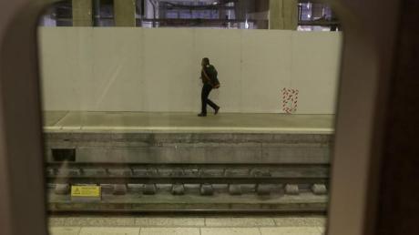 Ein Mann geht auf einem Bahnsteig am Bahnhof Gare Montparnasse in Paris. Die massiven Streiks gegen die geplante Rentenreform, die am Donnerstag begonnen und den öffentlichen Verkehr im Land fast komplett lahmgelegt, gehen weiter.