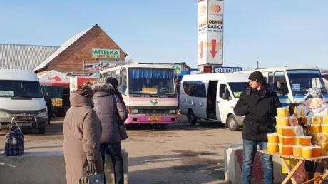 An einem Kontrollpunkt zwischen dem ukrainischen Regierungsgebiet und der Separatistenregion Luhansk floriert der Handel.