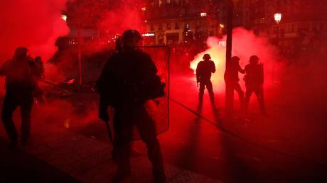 Die meisten Franzosen protestierten friedlich gegen die Pläne der Regierung. Doch in einigen Städten wie hier in Paris kam es auch zu Ausschreitungen.