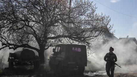Ein ukrainischer Soldat bewacht eine Position in der Nähe der Frontlinie, während der Konflikt in der Region Donezk andauert.