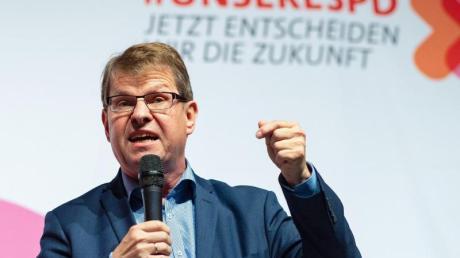 Der ehemalige SPD-Vizevorsitzende Ralf Stegner ist auf den Telefonscherz eines Youtubers hereingefallen, der ihm den Posten von Finanzminister Olaf Scholz angeboten hatte.