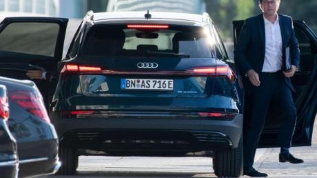 Der Dienstwagen von Bundesverkehrsminister Andreas Scheuer (CSU) ist nach Angaben der Deutschen Umwelthilfe (DUH) im Bundeskabinett der mit dem höchsten realen CO2-Ausstoß.