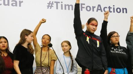 Greta Thunberg (M.) und Luisa Neubauer (2.v.l.) mit weiteren Aktivisten bei der UN-Klimakonferenz.