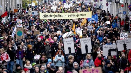 Ein Demonstrationszug von Fridays For Future zum Aktionstag für mehr Klimaschutz zieht über die Reinhardtstraße in Berlin.
