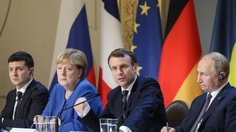 Der ukrainische Präisdent Selenskyj (l-r), Kanzlerin Merkel, Frankreichs Präsident Macron und Kremlchef Putin im Élyséepalast.