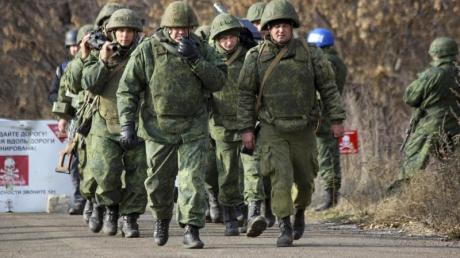 Von Russland unterstützte ostukrainische Separatisten haben mit einem weiteren Truppenabzug begonnen.