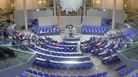 So sieht es aus, wenn der Bundestag nachts tagt.