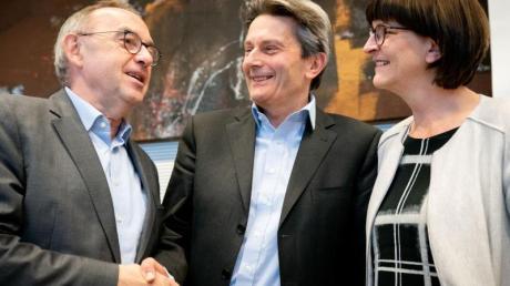 SPD-Fraktionschef Rolf Mützenich (M) begrüßt die neuen Parteichefs Norbert Walter-Borjans (l) und Saskia Esken zu Beginn der Sitzung der Bundestagsfraktion.