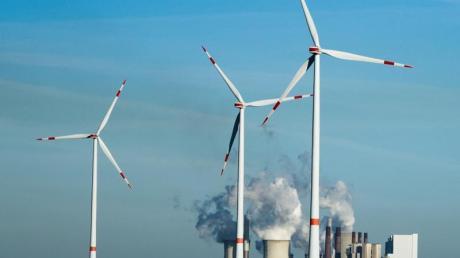Windräder stehen vor dem Braunkohlekraftwerk Neurath. - Im Klimaschutz-Index mehrerer Organisationen liegt Deutschland noch hinter Staaten wie Indien oder Brasilien.