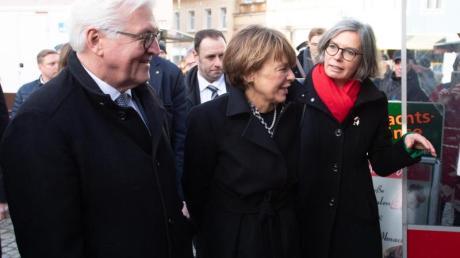 Bundespräsident Frank-Walter Steinmeier und seine Frau Elke Büdenbender (M.) besuchen mit Bürgermeisterin Barbara Lüke den Wochenmarkt in Pulsnitz.