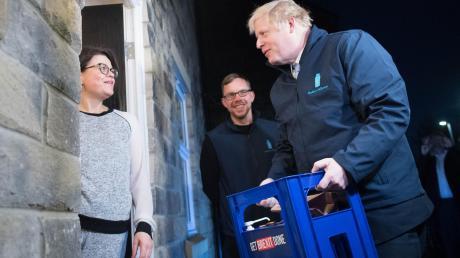 Als Milchmann im Morgengrauen auf Wählersuche: Premier Boris Johnson kämpft bis zuletzt um eine absolute Mehrheit.