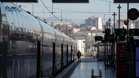 An einem leeren Bahnsteig am Bahnhof Saint-Charles in Marseille steht ein Hochgeschwindigkeitszug.