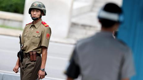 Gemeinsam einsam: Ein nordkoreanischer Soldat (links) betrachtet misstrauisch einen südkoreanischen im Grenzort Panmunjom. Man ist sich ganz nah, kommt sich aber nicht näher.