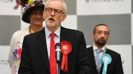 Jeremy Corbyn gibt in London eine Erklärung zu den Wahlergebnissen ab.