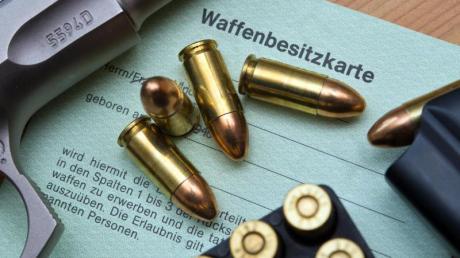 Eine Pistole und Patronen auf einer Waffenbesitzkarte.