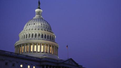 Die Kuppel des Kapitols ist hell erleuchtet.