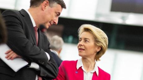 EU-Kommissionspräsidentin Ursula von der Leyen spricht im Plenarsaal des Europäischen Parlaments in Straßburg mit EVP-Fraktionsmitglied David McAllister.