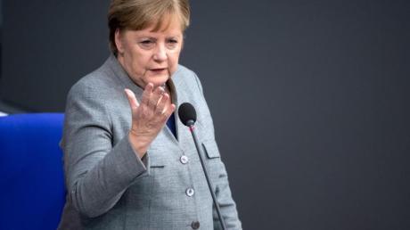 Kanzlerin Merkel spricht während der Regierungsbefragung im Bundestag.