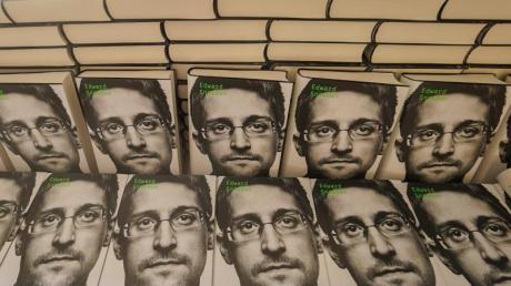 Exemplare von Edward Snowdens Buch «Permanent Record» in einem Geschäft in Berlin.