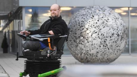 Dieter Neumann auf einem seiner Lieblingsplätze vor der Sparkasse in Friedberg. Der 57-Jährige ist in seinem motorisierten Rollstuhl viel unterwegs.