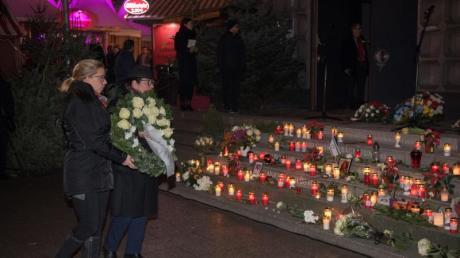 Angehörige der Opfer des Anschlags auf dem Breitscheidplatz gedenken ihren verstorbenen Angehörigen.