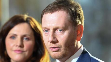 Ministerpräsident Michael Kretschmer (CDU) und seine Lebenspartnerin Annett Hofmann sprechen mit den Medien nach der Vereidiung im sächsischen Landtag.