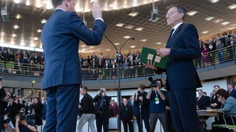 Ministerpräsident Michael Kretschmer (CDU, l) schwört seinen Amtseid bei der Vereidigung in der Sitzung des sächsischen Landtags neben Matthias Rößler (CDU), Landtagspräsident.
