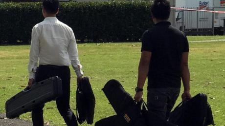 Zwei Männer mit Sporttaschen bringen Waffen ins Vereinsheim des Rugby-Clubs im Vorort Manurewa (Archiv).